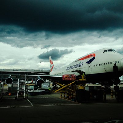 British Airways Jet beim Boarding am Terminal