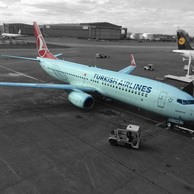 Turkish Airlines Maschine in Parkposition auf dem Rollfeld